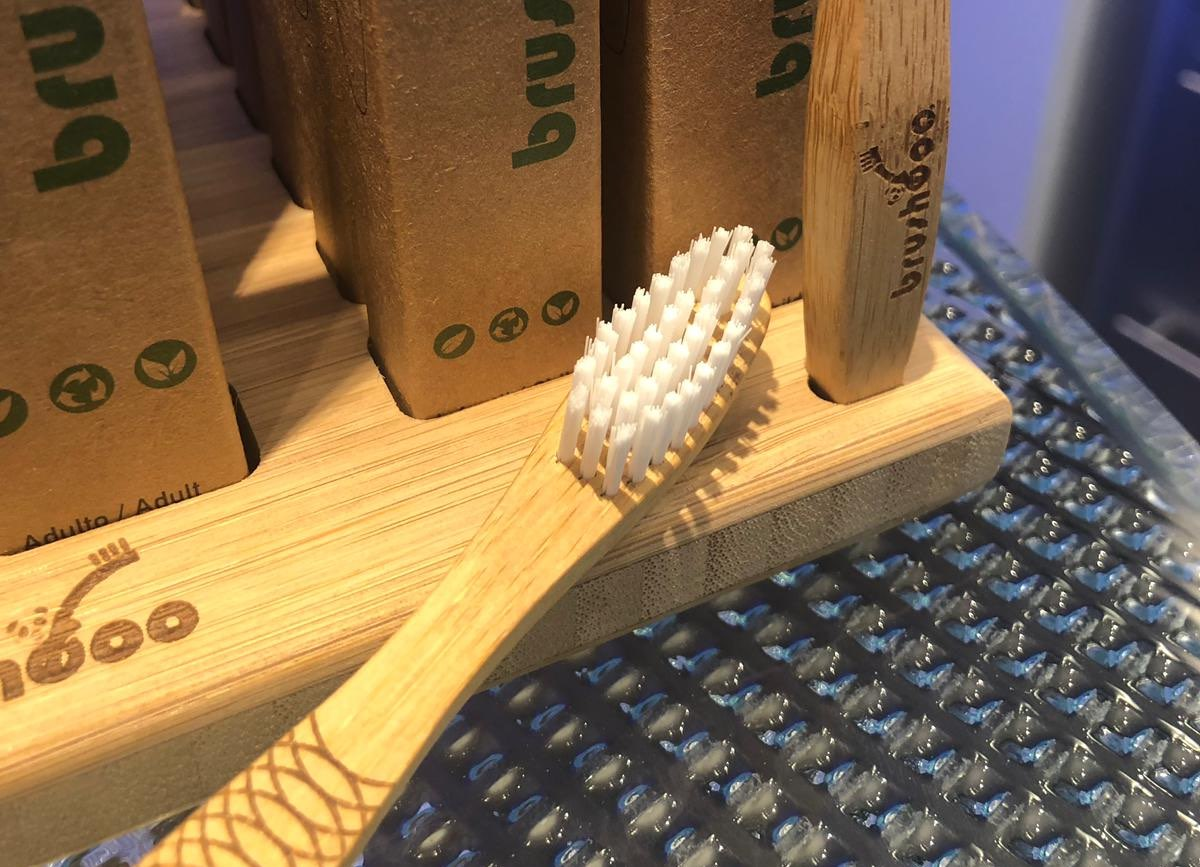 Composició raspalls de dents de bambú