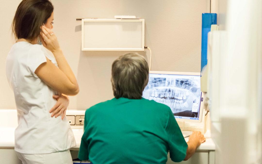 Com netejar els implants dentals?